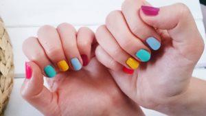 tęczowe paznokcie