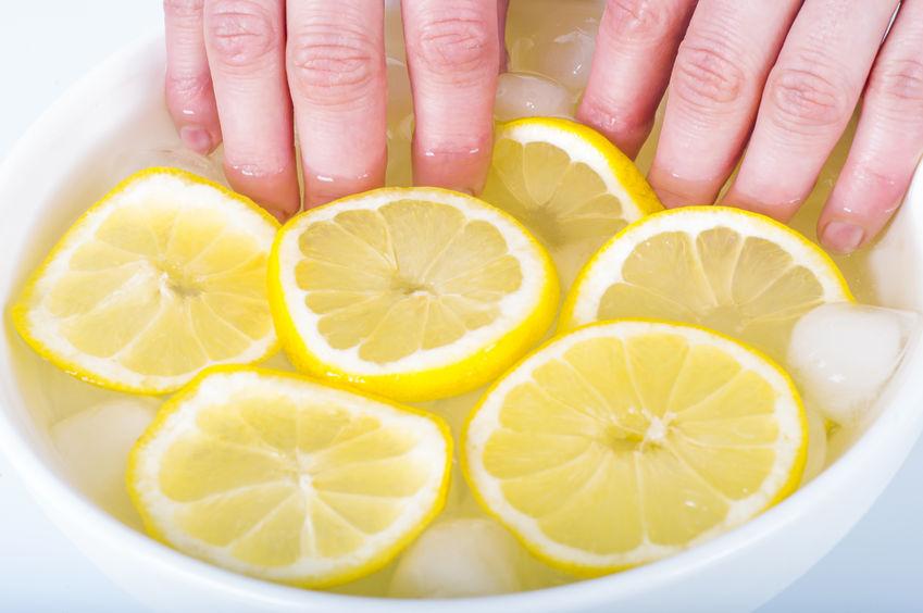 jak wybielić żółte paznokcie-metody cytryna