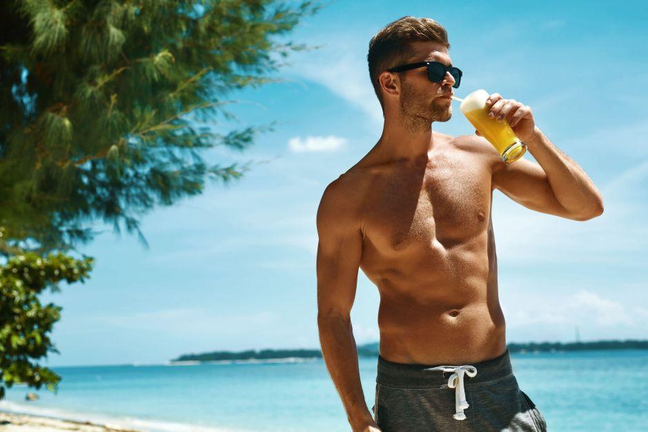 Jak się ubrać na plażę wybór strojów męskich